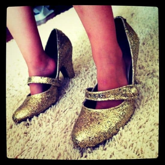 DIY Glitter Shoes | HelloGlow.co