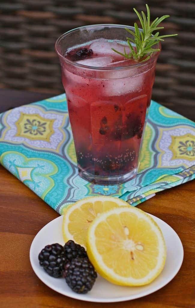 Fizzy Gin Lemonade with Blackberries + Rosemary | Hello Glow