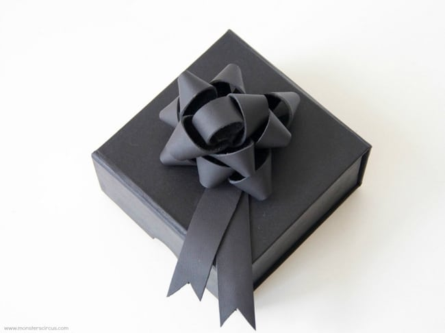 DIY Jewelry Gift Box | 25 Ways to Tie a Bow | HelloGlow.co