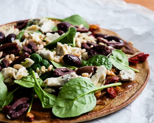 Meditteranean quinoa pizza | HelloGlow.co