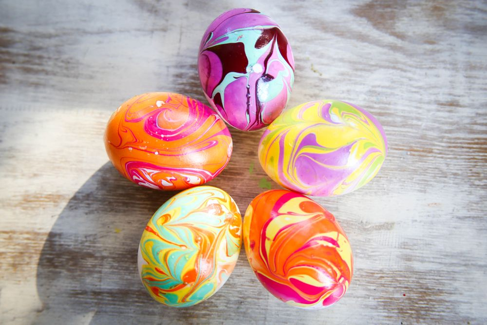 Nail polish marbled eggs | HelloGlow.co