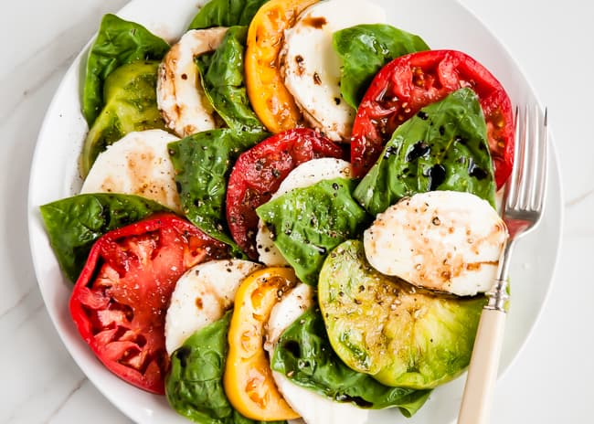 Heirloom tomato caprese salad recipe | HelloNatural.co