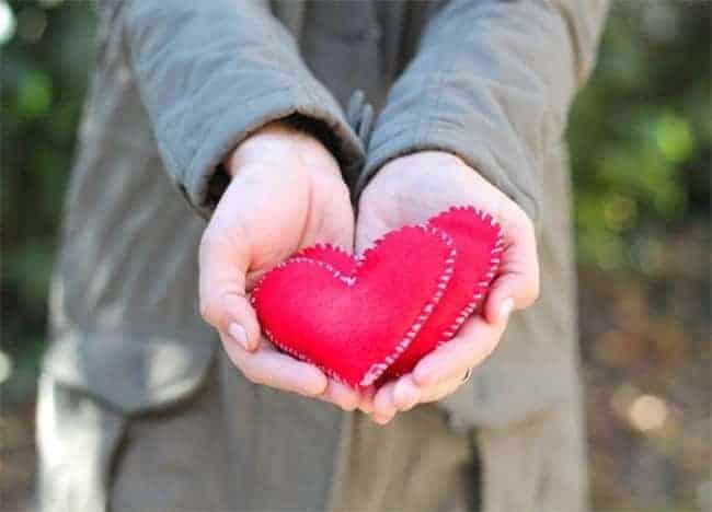 DIY felt heart hand warmers | Hello Glow