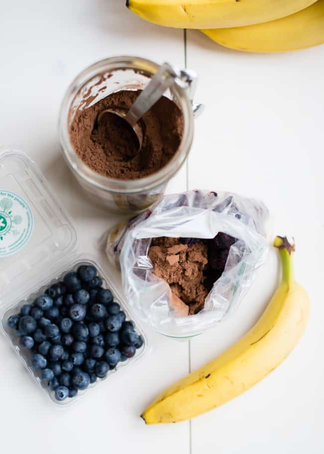 Banana Blueberry Chocolate Smoothie | 10 3-Ingredient Make Ahead Smoothie Packs | HelloGlow.co