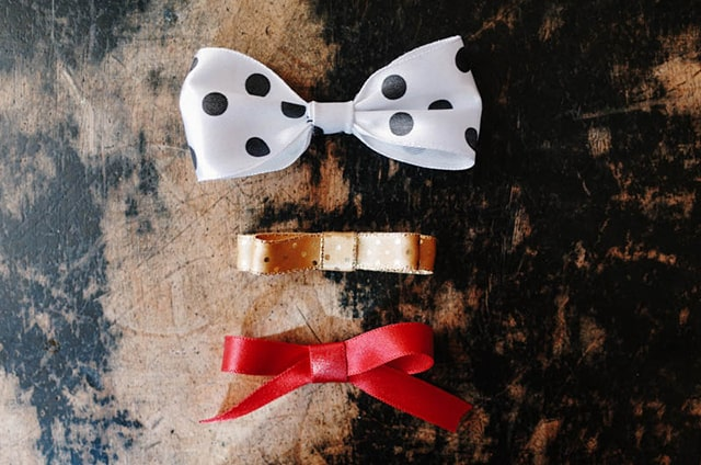 25 Gorgeous DIY Gift Bows (that look professional!) - 3 ways to make a ribbon bow