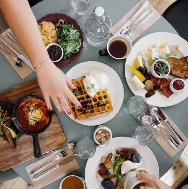 How to Stay Healthy While Eating Out (and Still Enjoy Yourself!)