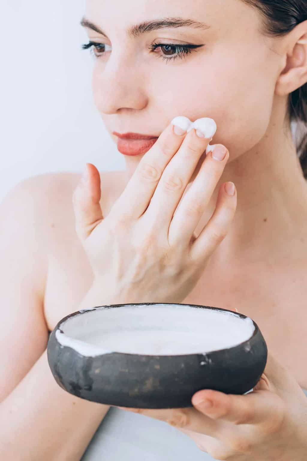 Make an easy and inexpensive at-home Moisturing Greek Yogurt Face Mask that hydrates skin naturally. Oil skin? Wrinkles? Acne? We'll even show you exactly what to include for your specific type. | Hello Glow