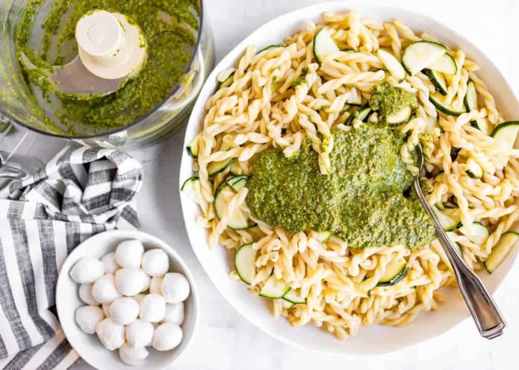 Pistachio Pesto Pasta with Zucchini and Fresh Mozzarella | HelloGlow.co