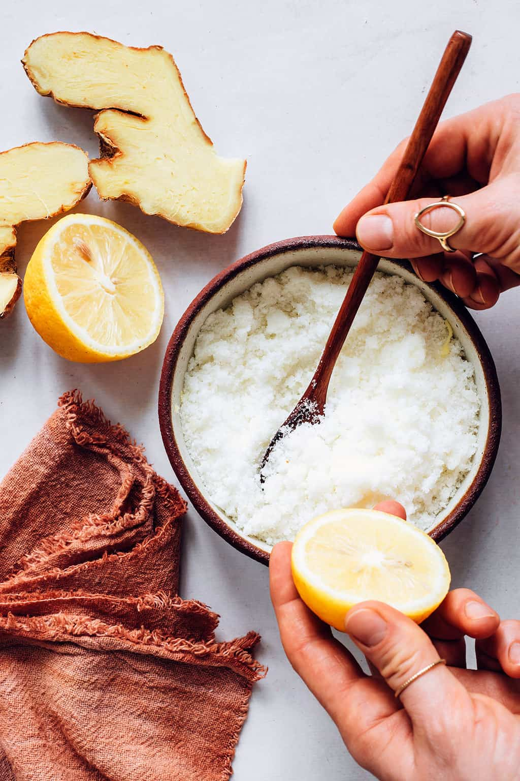 How to make a detox body scrub with ginger and lemon
