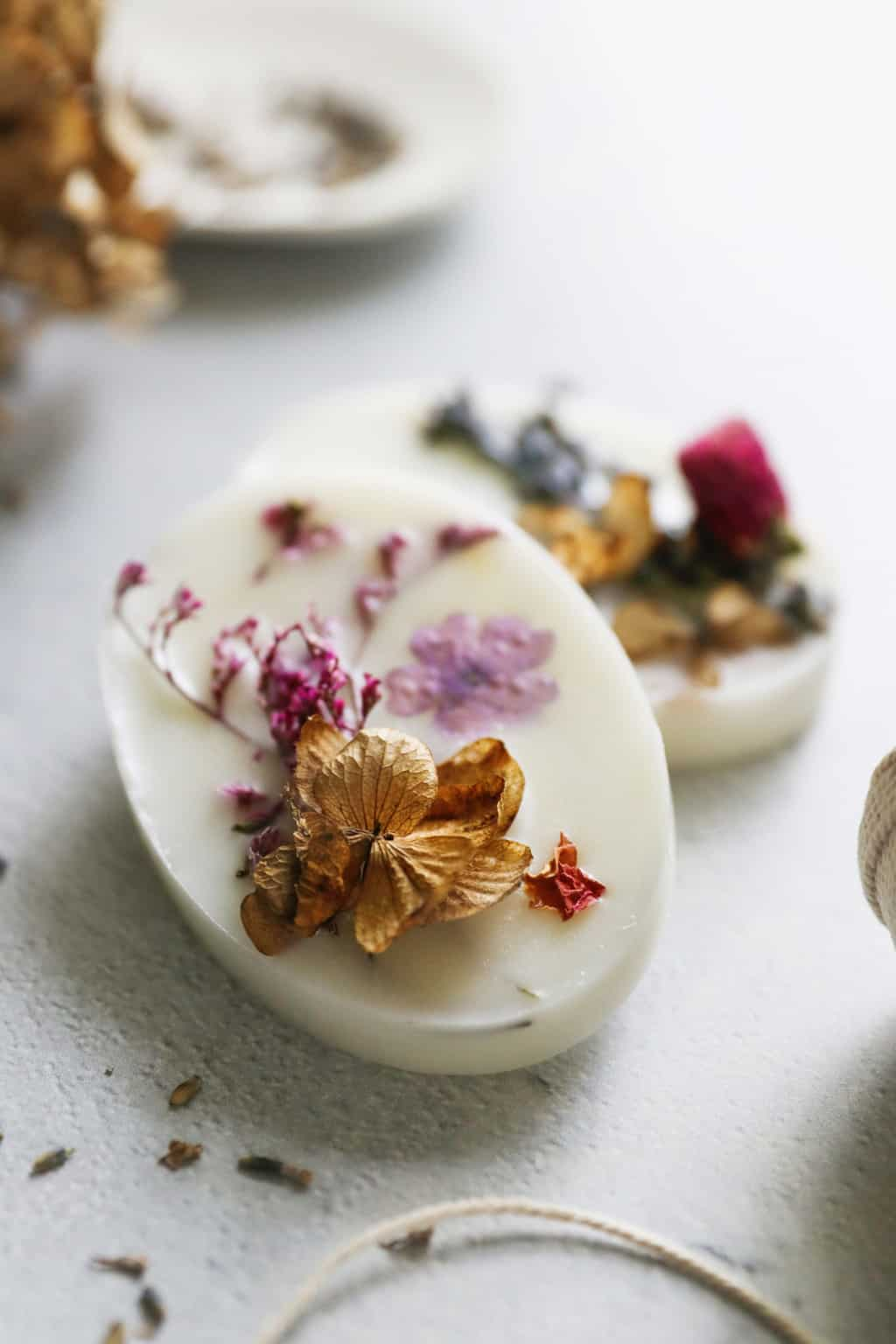 How to make wax sachets with dried flowers and essential oils