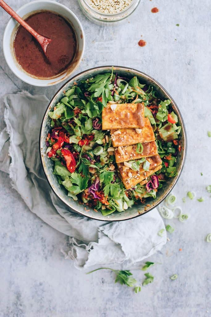 Miso almond power salad with baked tofu - Hello Veggie